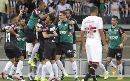 Pratto supera Pato, faz três, e líder Atlético-MG vence o São Paulo no Mineirão