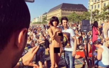 Artista é presa após ficar nua com turistas em frente à Torre Eiffel