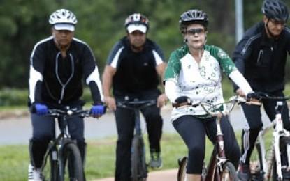 Dilma é hostilizada enquanto anda de bicicleta no Palácio da Alvorada