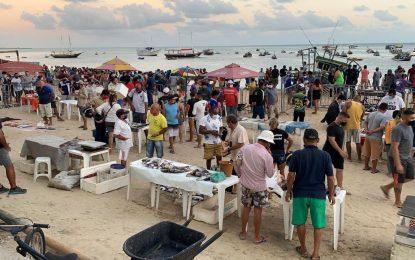 Praia do Mucuripe amanhece com aglomeração de clientes