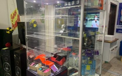 Casal armado rende funcionários e assalta loja no centro de Serra Branca