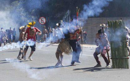 Manifestação de índios em frente à Câmara é reprimida com bombas de gás pela polícia