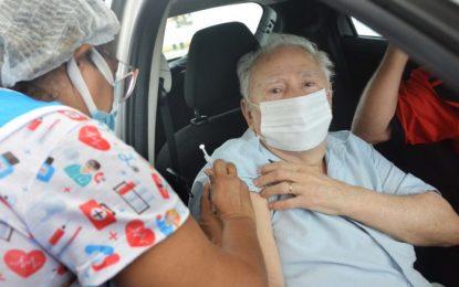 Capital aplica 3ª dose em idosos acima de 78 anos e segue imunizando adolescentes com comorbidades ou deficiência